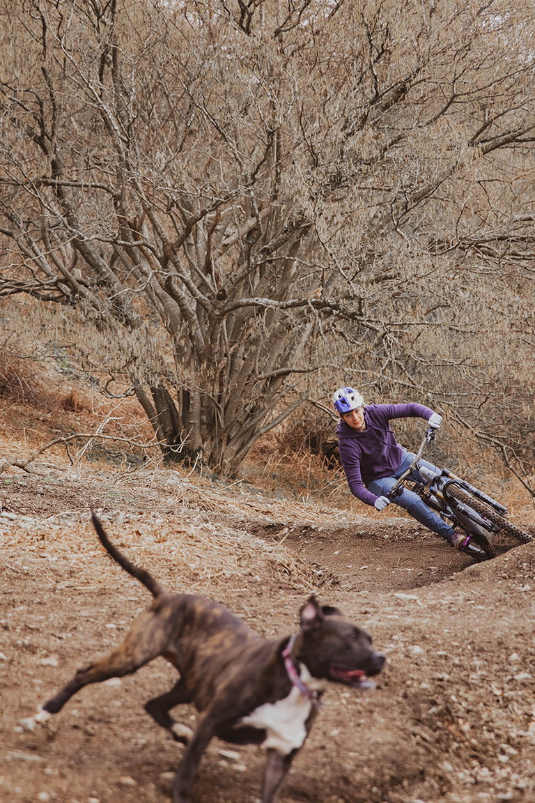Fox Rider, Tahnee Seagrave, riding her MTB with her Dog